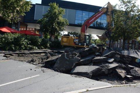 GATETERMINAL: Graving i Jernbaneveien i forbindelse med etablering av ny bussterminal.