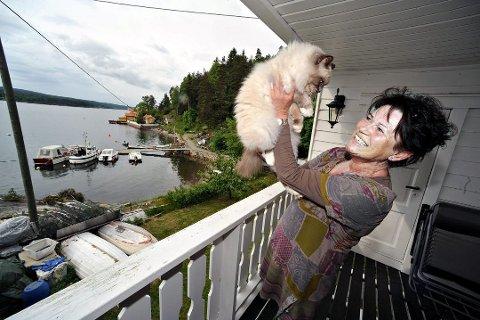 ØNSKER P-LØSNING: Laila Bakken og Nebba Vel mener det må ta grep for å rydde opp i P-situasjonen på Nebba. Arkivfoto: Ola Kr Trana