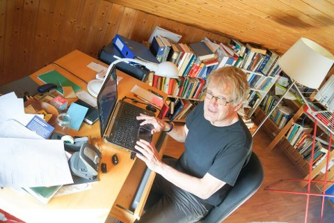 HISTORISK: Som mange av bøkene til Atle Næss er «Blindgjengere» også en historisk roman. Handlingen er hentet fra 2. verdenskrig og er en av få fortellinger på norsk om krigen i Norge sett med tyske øyne. Her forfatteren på skriveloftet i Linjeveien.