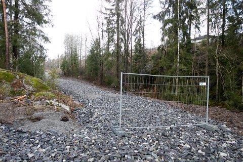 STOR PUKK : Gangvei og lysløype er fulle av grov pukk og nærmest umulig å gå på, mener Janne Gry Lunde.