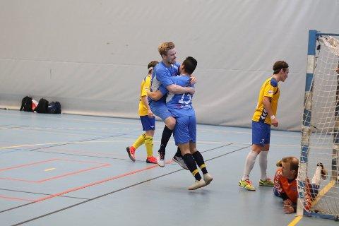 Iver Strandheim og Daniel Pedersen jubler etter en scoring
