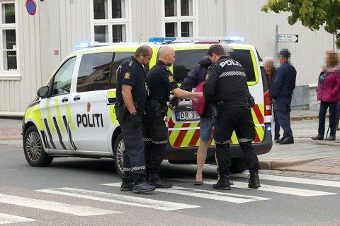 ARRESTERT: Her blir mannen pågrepet av politiet i Drøbak sentrum i september.