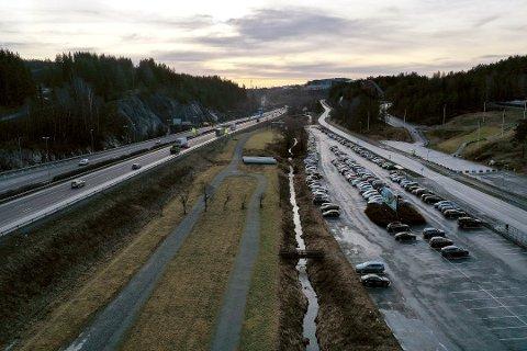 BOM PÅ E6 OG FV 156: Statens vegvesen det må settes opp bom også på fylkesvei 156 forbi Tusenfryd, ikke bare på E6. FrPs Kjetil Barfelt mener det er helt uaktuelt.