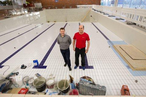 UTSATT: Virksomhestleder Hogne Haug i Byggdrift og avdelingsleder Dan Christiansen i bassengdrift håper og tror på en åpning i mars.
