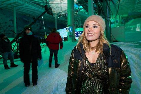 IMPONERT: Tidligere snowboardkjører, Helene Olafsen, er imponert over anlegget på Lørenskog. Hun var onsdag vertinne for fiffen.