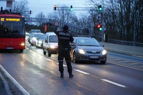 KONTROLL: Politiet har økt kontrollene av mobilbruk da de ser at dette er hyppigste årsak til flere påkjørsler bakfra. Her fra kontrollen på Mosseveien torsdag morgen