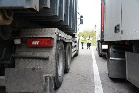 OFTE KONTROLLER: En av kontrollstasjonene hvor tungbiler ofte kontrolleres, er Taraldrud i Nordre Follo. Her ble en lang rekke vogntog tatt på fersken for ulovligheter i fjor, som her.