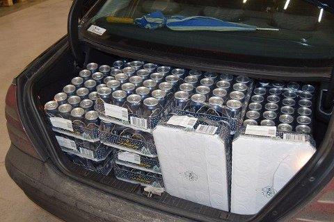 Helt fullt: Tollerne fikk bra fangst da de stoppet en norskregistrert bil fredag. Hele bagasjen var stappet med ølbokser.