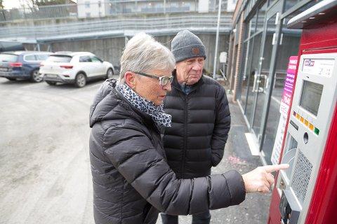 LÆRTE FORT: Odd og Randi Knudsen har tidligere også måtte registrere bilen på parkeringen hos frisøren sin på Kolbotn, så etter litt undring, fikset de parkeringen greit.