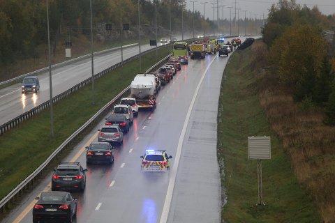En bil havnet på taket i en trafikkulykke nord for Follotunnelen lørdag ettermiddag.