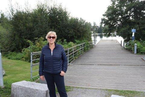 MYE BEDRE: Anne Elisabeth Henriksen har gjentatte ganger etterlyst vedlikehold av vegetasjonen på torget og ved brygga. - Nå er det hvert fall åpent og pent oppe på torget. Jeg kan faktisk se Kolbotnvannet derfra, sier en fornøyd forkjemper for Kolbotn.