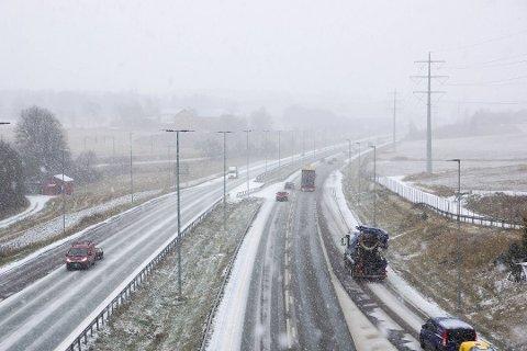 SNØ: Fjorårets første snøfall var 8. november. Her fra E6 i Vestby.