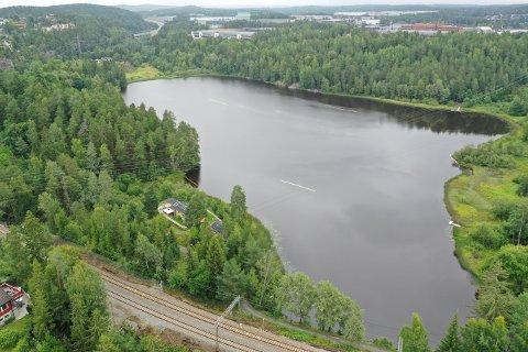 BADESTOPP: Lørdag kveld 4. juli ble det oppdaget oljesøl i Tussetjern. Forurensningen har fått kommunen til å sjekke alle muligheter for forurensning av vannet.