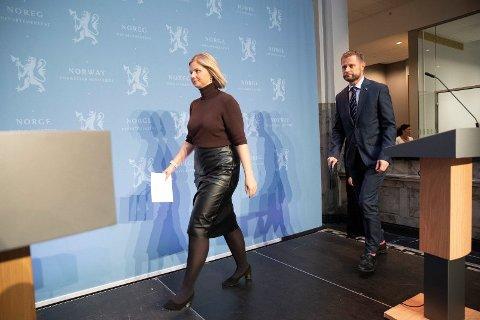 PRESISERTE REGLER: Helse- og omsorgsminister Bent Høie og kunnskaps- og integreringsminister Guri Melby under onsdagens pressekonferanse. Foto: Terje Bendiksby (NTB)