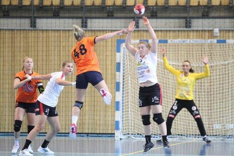 Maria Keiserås Haugen blokker, Maren Tefrum sloss  og bakerst stengte Mille Fuglei målet i noen svært viktige minutter.