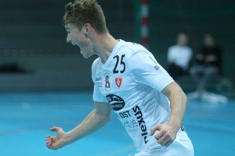 ON FIRE: Marius Bergseng Gulbrandsen jubler etter ett av sine fire mål de første 30 minuttene.