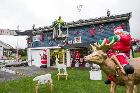 HELT SJEF: Det blir ingen jul uten at Tore Karlsen fyrer opp julehuset på Sneissletta., men før det kan skjer, er det mye jobb som må gjøres av sjefsnissen.
