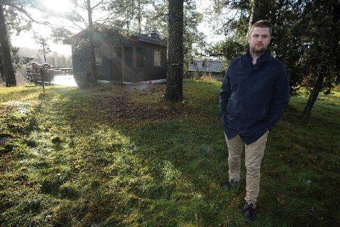 HÅPER FORTSATT: Fredrik Fornebo (40) og hans familie ønsker å rive det alt for lite og veldig gamle huset på tomten i Sørveien 20 i Ski. Det ble nedstemt i det siste utvalgsmøtet. Men hadde ikke Senterpartiets representant meldt forfall til møtet, ville utfallet blitt et helt annet.