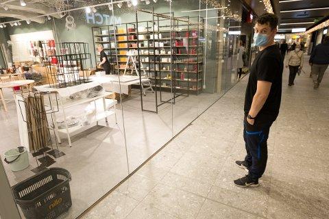 NYTT: Mathias Björck er i full gang med å fylle opp de nye,  store og lyse lokalene i andre etasje på Ski storsenter. Et nytt konsept, skal sammen med to innganger og store vindusflater få nye kunder inn i butikken.