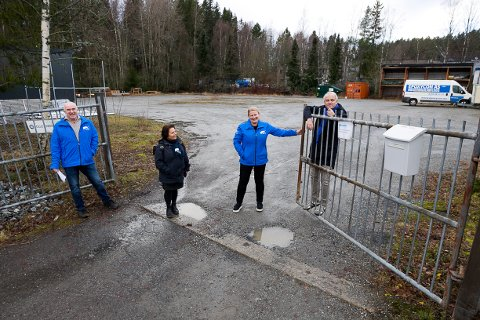 SKOLE: Inne på Ellingsrud industriområdet, nær skogkanten, vil Helge Bunæs, Daad Gjerde, Cecilie Dahl-Jørgensen Pind og Johan Kr. Bjerke bygge en modulskole. - Her kan det både klatres i trær og akes på jordene, mener Høyre-politikerne.