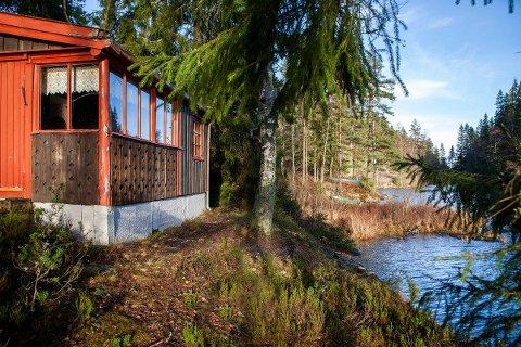 PERLE: Om hytta trenger en skikkelg rehabilitering, er det ingenting å klage på når det gjelder omgivelsene. Rausjø er en perle i Østmarka.
