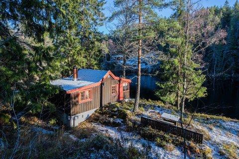 IDYLL: Rausjø er ei perle i Østmarka. og det er ikke ofte det er hytter til salgs i dette området. Denne ligger rett ved Rausjøen og er til salgs for under én million.