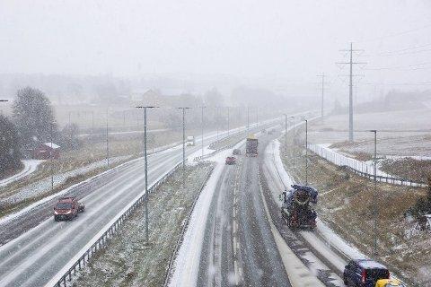 JA, DET BLIR KALDERE: Likevel er det nok en stund til det første, store snøfallet kommer i Follo, som her på E6 i 2019. Dette bildet ble tatt den 8. november. Det var ikke akkurat noe alpintføre den gang heller, men dog litt kalder og mer snøfullt enn nå.