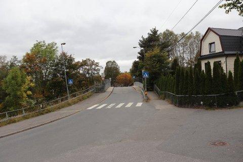 FARLIG: Broa er ikke dimensjonert for toveistrafikk, og det er utrygt for skolebarn og andre fotgjengere å ferdes her.