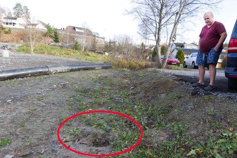 LUKT: Ole-Jonny Kristiansen opplever at septikkvannet fosser opp av hullet hvor det gamle kloakkrøret går (rød sirkel). - Det lukter forferdelig. Dopapiret som spruter ut, havner til slutt i Gjersjøen, mener den fortvilte huseieren.