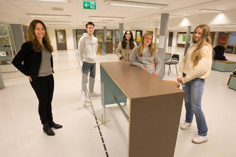 STENGER: Rektor Hege Britt Johnsen, Sivert August W. Leirbakk, Therese Falkeid Butenschøn, Una Umb og Amelia Holm, er alle bekymret for at nedstengningen kan bli langvarig.