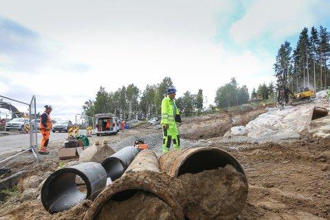 NY HOVEDVANNLEDNING: Arebidet med å legge ny hovedvannledning fra Ski til Haugbro har pågått i flere år. Andre arbeider som kommunene selv har sagt er kritiske for en trygg vannforsyning, er utsatt.