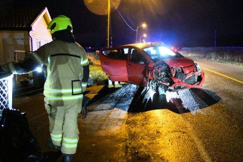 Det er store materielle skader på personbilen etter uhellet.