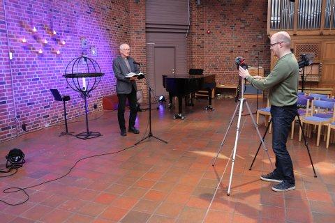 GUDSTJENESTE PÅ NETT: - Det blir ingen gudstjenester inne i kirkene julaften, men nå spuilles det inn digitale gudstjenester fra nesten alle kirkene i Nordre Follo, forteller prost Sven Holmsen.