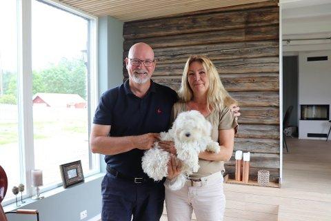 FORSKNING OG AVL: Erlend og Rita Wiik på Hvitebjørn gård driver Drøbak hundehotell, i tillegg til forskning og avl av blandingshunden australian cobberdog.