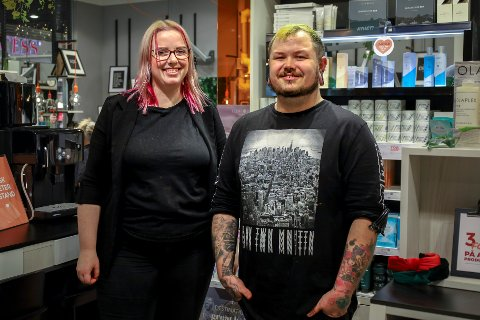 Selv om Lena Hoel Thyssen (24) og Thor Martin Frivik (32) gjerne skulle tjent mer, har de ikke angret ett sekund på at de ble frisører.