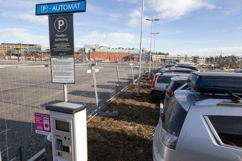 Pendlerparkering: Foreløpig er det ikke mange parkeringsplassene på vestsiden, men det legges til rette for 500 biler.