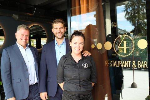 SER FREMOVER: Driverne av No 4 i Ski sentrum, fra venstre Geir Brevik-Olsen, Hans Christian Myhre og Christine Myhre ser lyst på fremtiden for sin egen restaurant og Ski sentrum.