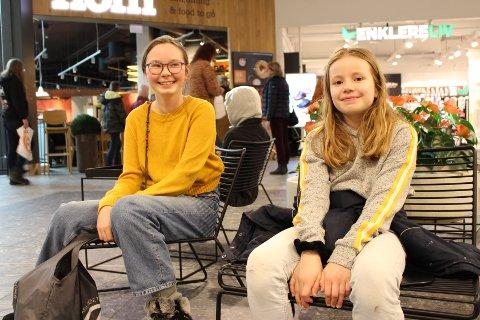 KINO OG KOS: Kino og overnatting har stått på planen for disse to kusinene.