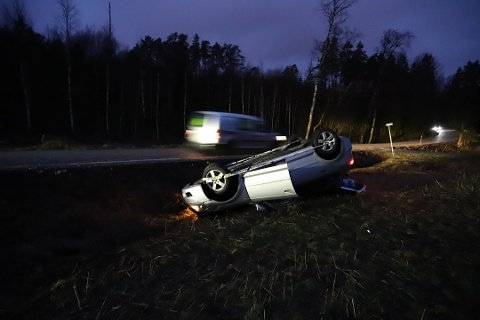PÅ TAKET: En bil havnet på taket i Vestby torsdag morgen.