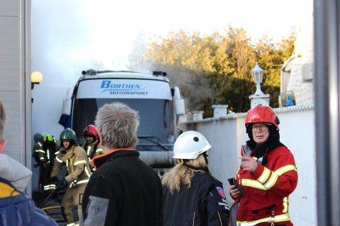 FRYKTET SPREDNING: Nødetatene fryktet at brannen kunne spre seg til lagerbygget.