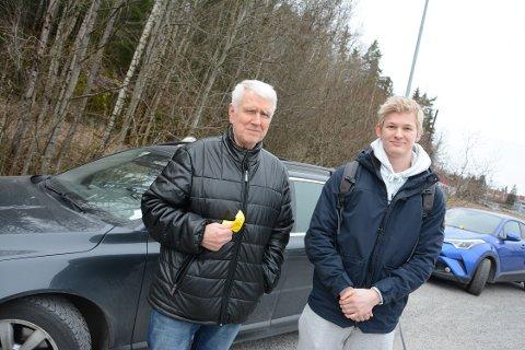 OPPGITT: Bjørn Gran ble overrasket over å få parkeringsgebyr på parkeringsplassen hvor han har parkert i alle år. Simen Sønderland er student og pendler til Oslo.