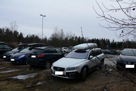 MANGE BØTER: Disse seks bilene hadde gul lapp da ØB var innom parkeringsplassen ved Vevelstad stasjon tirsdag.