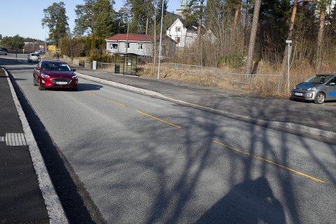 Naboen mener Furuliveiens utkjørsel i Sønsterudveien er bygd for smal, slik at bilene må over i motsatt kjørefelt når de svinger ned mot rundkjøringen.