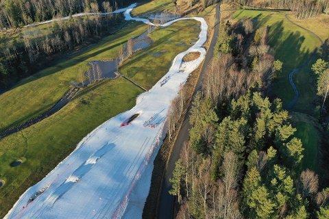 GRØNT OG HVITT: Slik det så ut på Østre Greverud gård rundt 20. januar. Bortsett fra kunstsnøen som Skiforeningen Sørmarka har produsert for harde livet så fort det har vært kuldegrader, er området grønt.