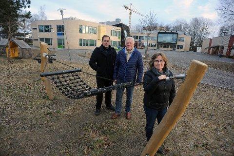 LEIT: Anne Kristine Linnestad (H), Per Ulv Haukeland (FrP), bak til venstre og Gunnar B. Vegsgaard (Pp) skulle gjerne vært med på forslaget om å bygge ut Finstad skole og byggingen av Sofiemyr skole.  Bildet er tatt ved en tidligere anledning.