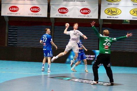 Magnus Solbraa Ramos og Follo HK slet mot Drammen. Drammens målvakt, Rasmus Bech, reddet flere baller enn han har slapp inn.