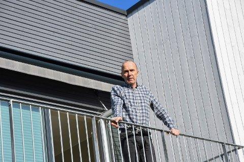 Smittet: Lege Jørn Bakken (66) er smittet av korona-viruset etter en ferietur i Østerrike. – Jeg er frisk som en fisk, men må leve isolert i to uker, sier han fra terrassen i andre etasje.