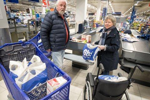 Anne-May og Arild Stoltenberg synes det er hysteriske tilstander som råder. - Vi har stått opp ekstra tidlig for å få unnagjort fredagshandelen før det verste rushet setter inn, sier pensjonistene.