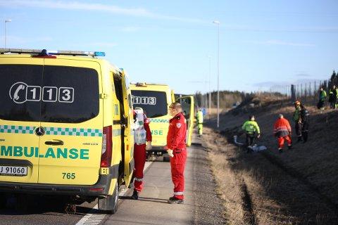 SMITTEVERN: Nødetatene har smittevernutstyr tilgjengelig for bruk på oppdrag. Her fra en ulykke ved Askim mandag ettermiddag.