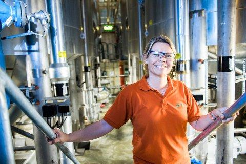 TRAVLE DAGER: Fabrikksjef Tove Strand ved Orkla HPC i Ski forteller om stor stå på-vilje blant de ansatte om dagen. Fabrikken har tatt sine forholdsregler mot koronasmitte. De prioriterer Klorin-produkter, men også andre rengjøringsartikler produseres for fullt. De leverer også mange desinfiseringsprodukter til institusjoner.